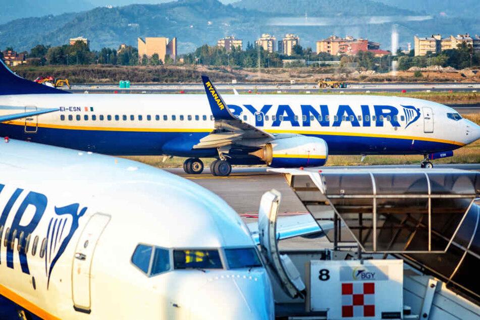 Zwei Boeing B737-800 von Rayanair am Flughafen Bergamo (Italien).