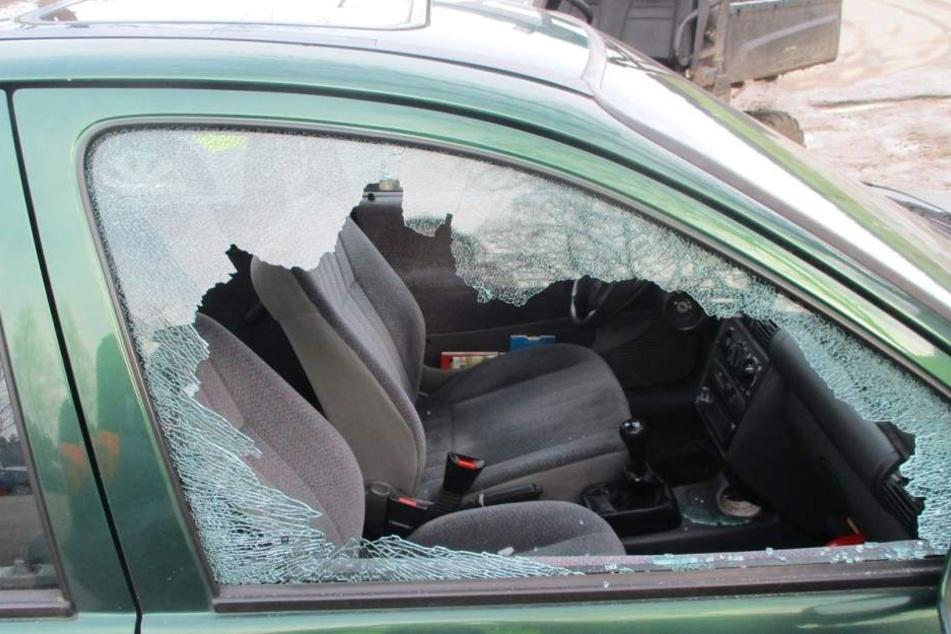 Die Täter schlugen die Scheibe eines grünen Corsa ein.