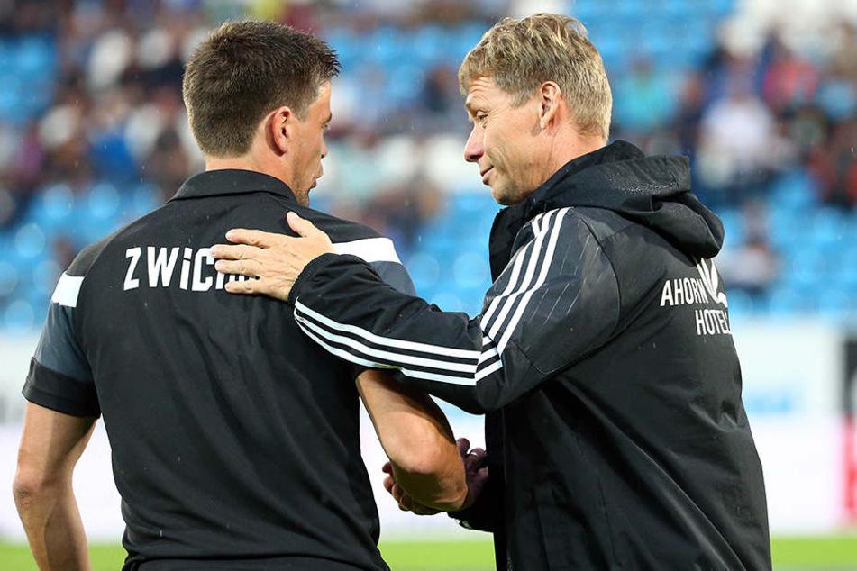 Vor dem Spiel gab es ein faires Shakehands zwischen Zwickau-Coach Torsten Ziegner (l.) und CFC-Trainer Sven Köhler (r.).
