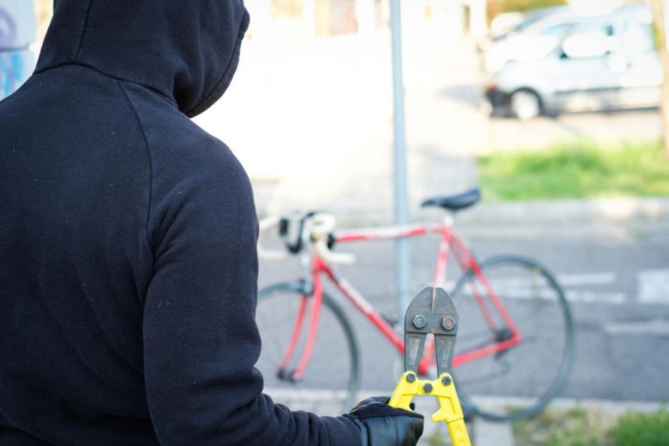 Der Mann hatte unter anderem Werkzeug zum Stehlen von Fahrrädern dabei. (Symbolbild)