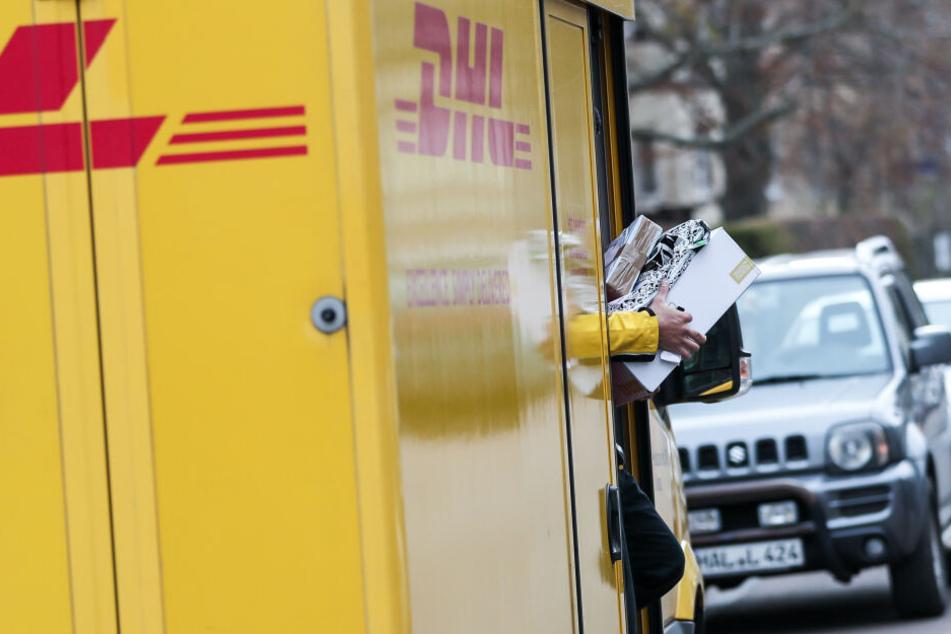 Ein DHL-Paketbote bei der Arbeit.