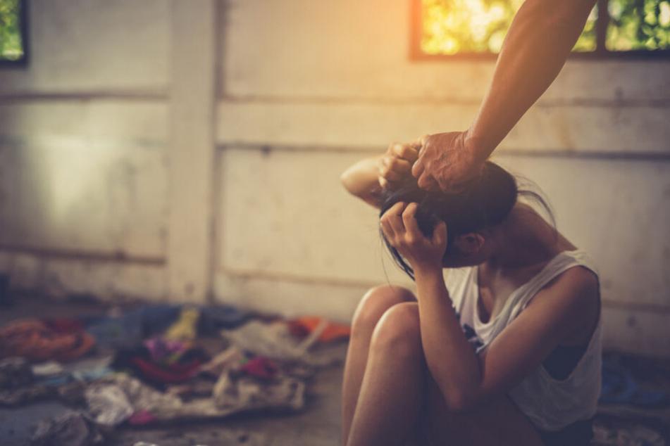 Inzest: Teenagerin verrät Cousin, dass ihr Vater sie vergewaltigt, doch der reagiert grausam