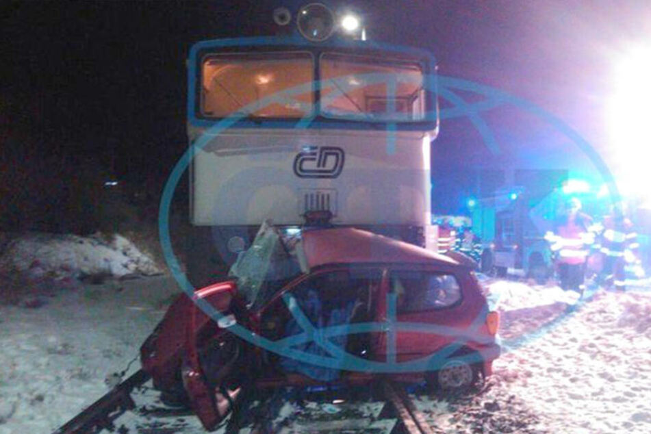 Drei Tote! Auto wird 150 Meter von Zug mitgeschleift