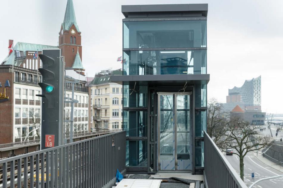 Zwei neue Aufzüge wurden an der Haltestelle Landungsbrücken installiert. (Archivbild)