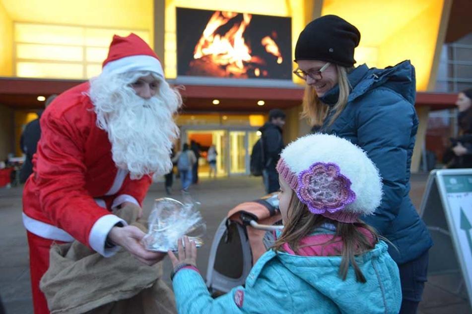 Marit (6) hatte Glück und ergatterte ein Geschenk auf dem Weihnachtsmarkt der TU Chemnitz.