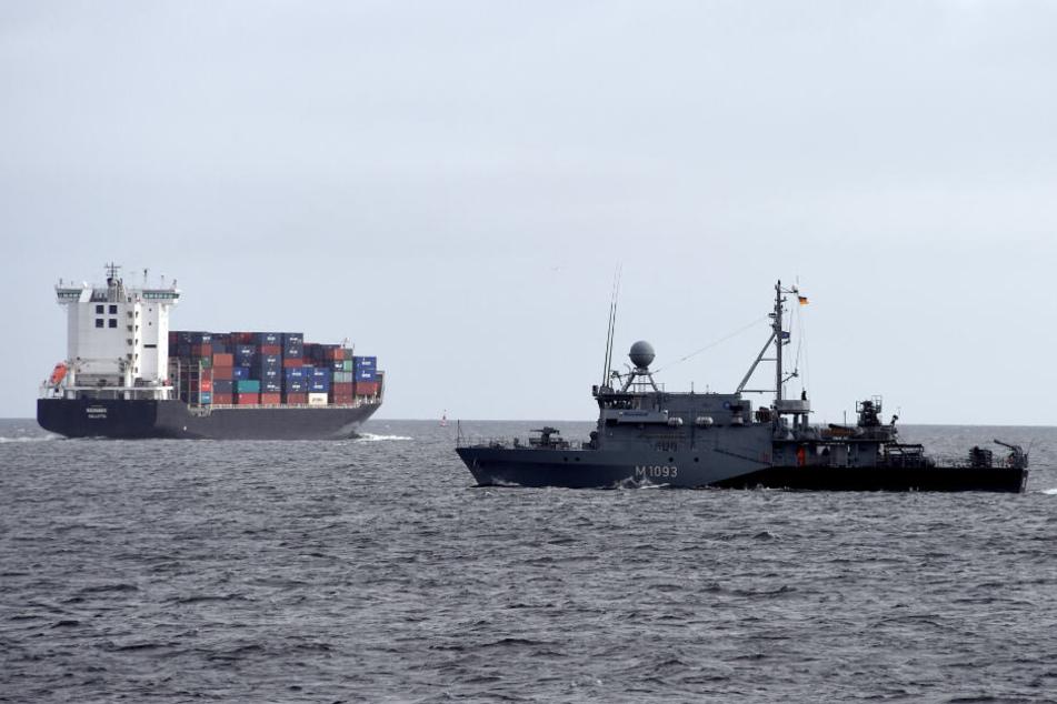 Eine Militärschiff sucht in der Ostsee nach Munitionsresten.