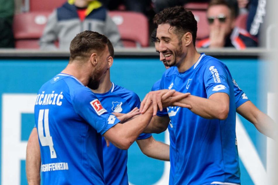 Ishak Belfodil (rechts im Bild) jubelt mit Teamkollege Ermin Bičakčić über seinen zweiten von drei Treffern gegen den FC Augsburg.
