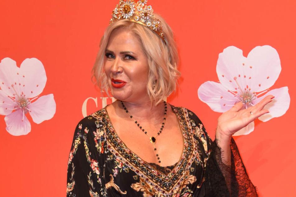 Die Designerin Claudia Effenberg (54) kommt mit Krone zur Gala des Mon Cheri Barbara Tages in München.
