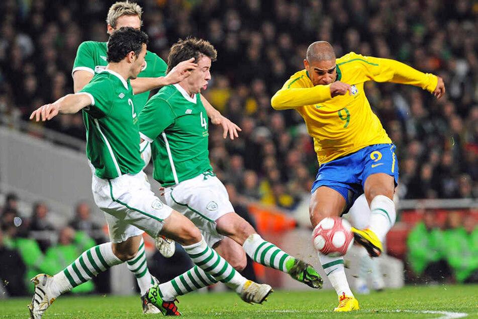 War trotz seiner privaten Probleme einer der besten Stürmer seiner Generation: Adriano (r.), hier im Trikot der brasilianischen Nationalmannschaft.