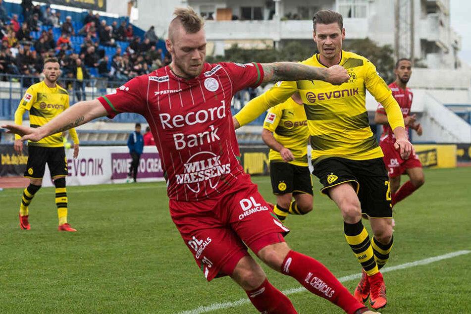 Brian Hamalainen (29, vorn) schirmt den Ball vor dem Dortmunder Christian Pulisic ab.