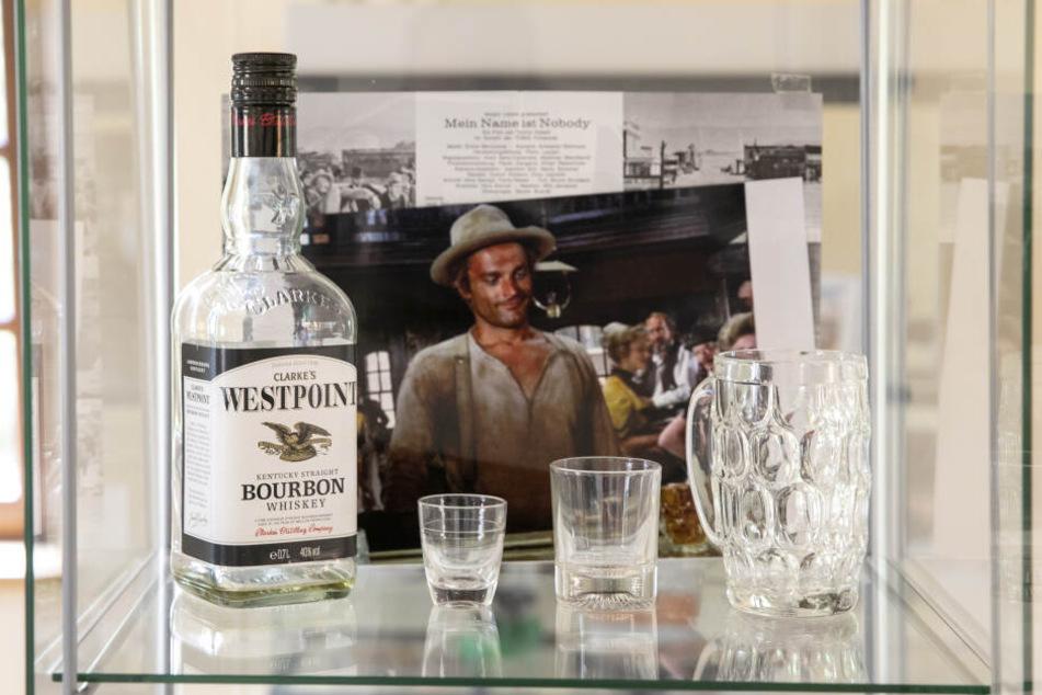 """Während des Drehs zu """"Mein Name ist Nobody"""" musste Terence Hill in einer Szene auch Whiskey trinken. In seinem Glas war tatsächlich Alkohol, aber mit Wasser verdünnt."""