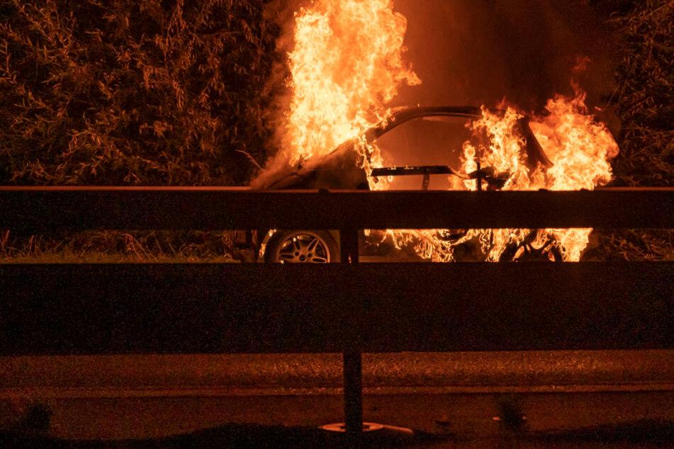 Auf dem Standstreifen ging der Smart in Flammen auf.