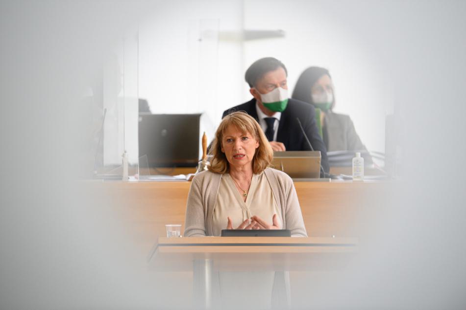 Petra Köpping (SPD) spricht während einer Sitzung des Sächsischen Landtages zur Corona-Pandemie.