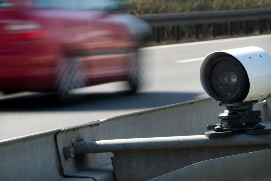 Ein Kennzeichen-Erkennungsgerät kann Kennzeichen an Autos erfassen.