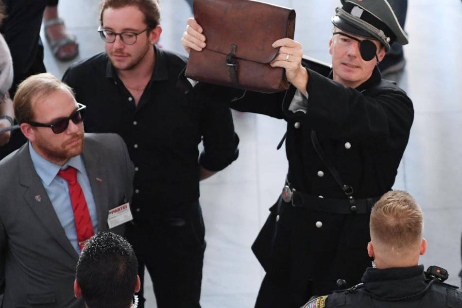 Europaabgeoordneter und Satiriker Martin Sonneborn tauchte in einer Kostümierung auf, die an Hitler Attentäter Claus Schenk Graf von Stauffenberg erinnerte.