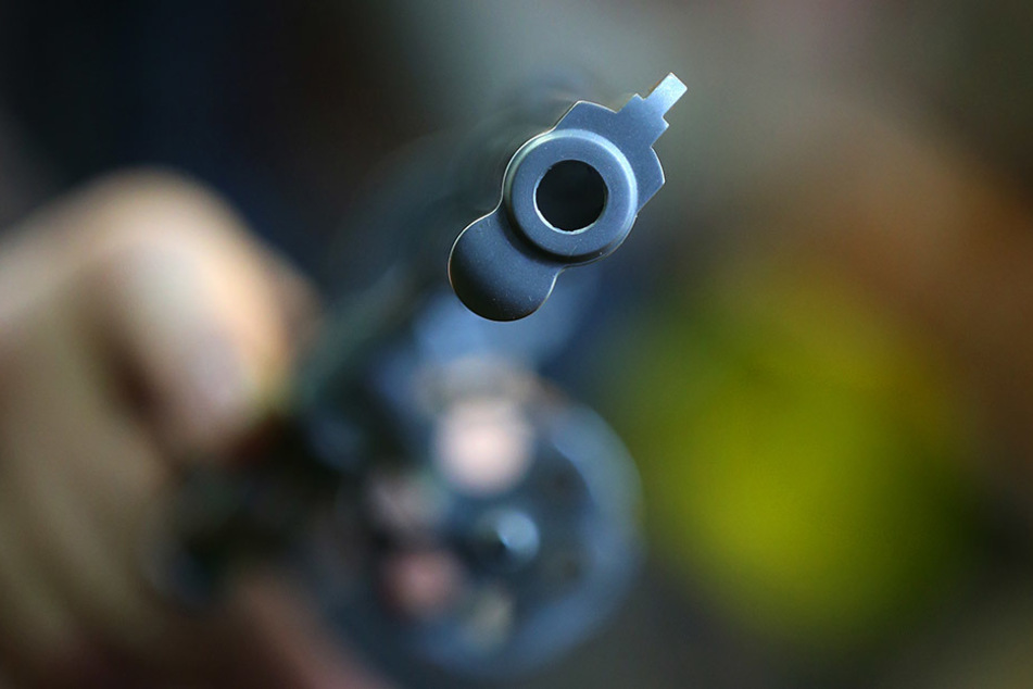 Der Unternehmer bekräftigte seine Drohung, indem er seinem Ex-Mitarbeiter den eingesteckten Revolver zeigte (Symbolbild).