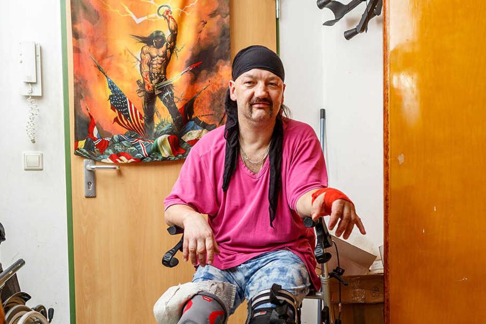 Eigentlich mag er ihn nicht! Doch nach Unfällen und Operationen ist Sven  Scheunig auf seinen Rollator angewiesen.