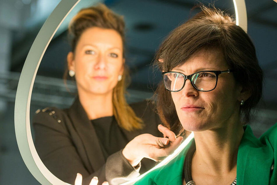Tägliche Shows der Haarmanufaktur: Inhaberin Susann Schwanebeck (42, li.) und  Projektmanagerin Jana Schurzky (41) bereiten sich schon vor.