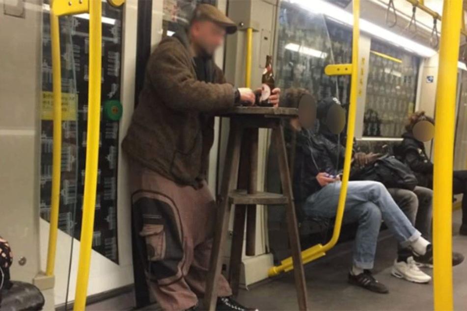 Lässig in der U-Bahn, mit Stehtisch und Bierchen.