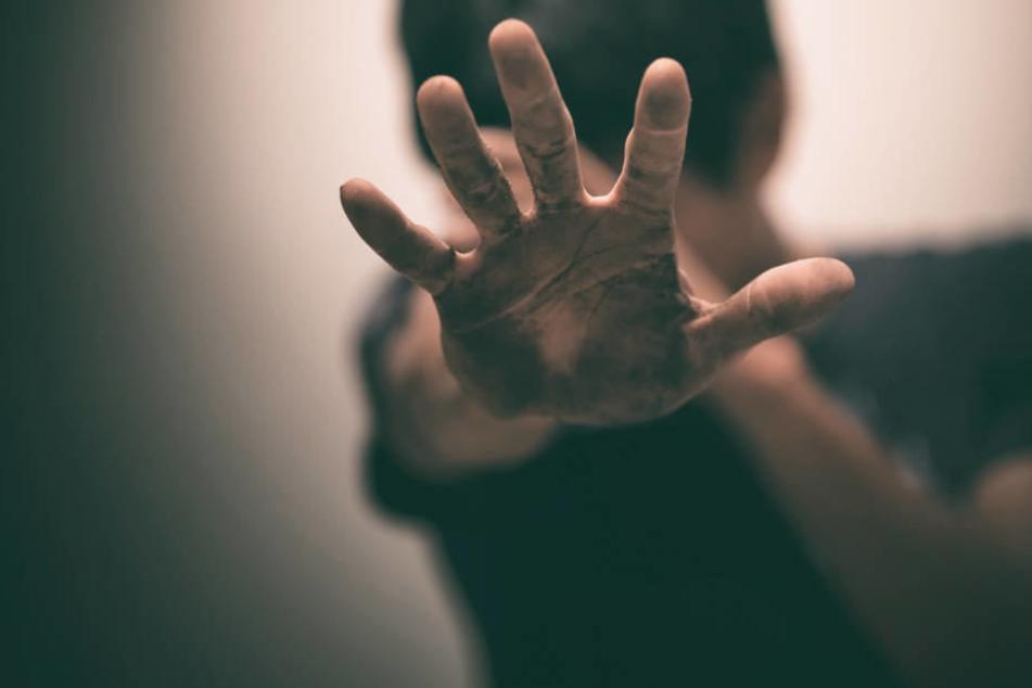 Behinderten Kumpel (17) vergewaltigt, gefilmt und Videos ins Netz gestellt