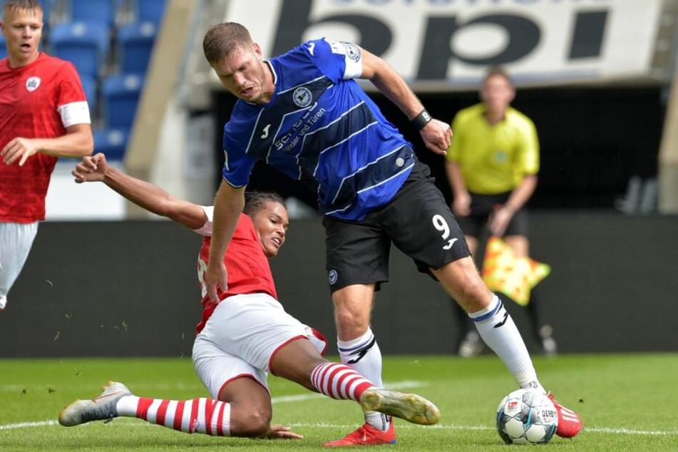 Fabian Klos (r.) ist wieder Kapitän von Arminia Bielefeld.