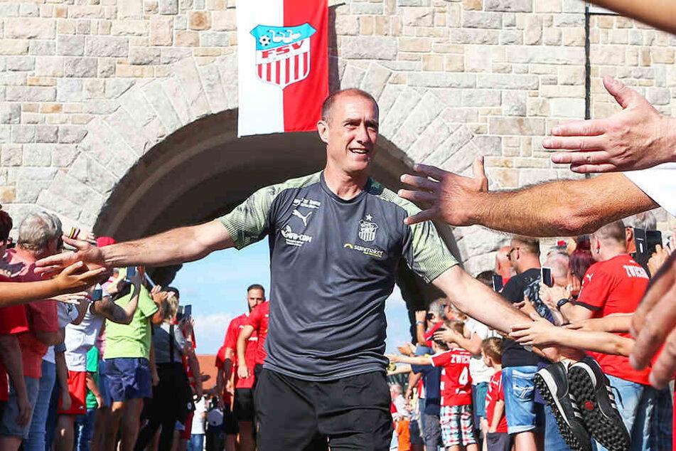 FSV-Coach Joe Enochs klatscht mit den Fans ab.