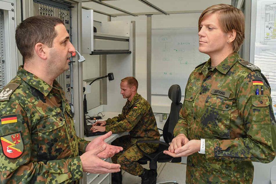 Oberstleutnant Anastasia Biefang (r.) und ihr Vorgänger Oberstleutnant Thorsten Niemann, Standortältester der Kurmark-Kaserne und Kommandeur des Führungsunterstützungsbataillons in Stokow (Brandenburg), unterhalten sich am 9.10.2017 in einem Lehrraum.