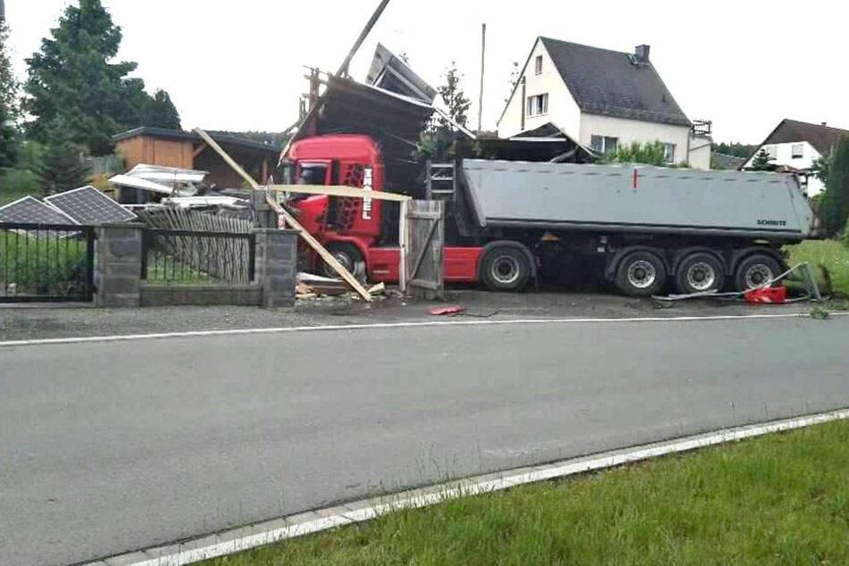 Lkw kracht durch Zaun in Vorgarten: Fahrer verletzt