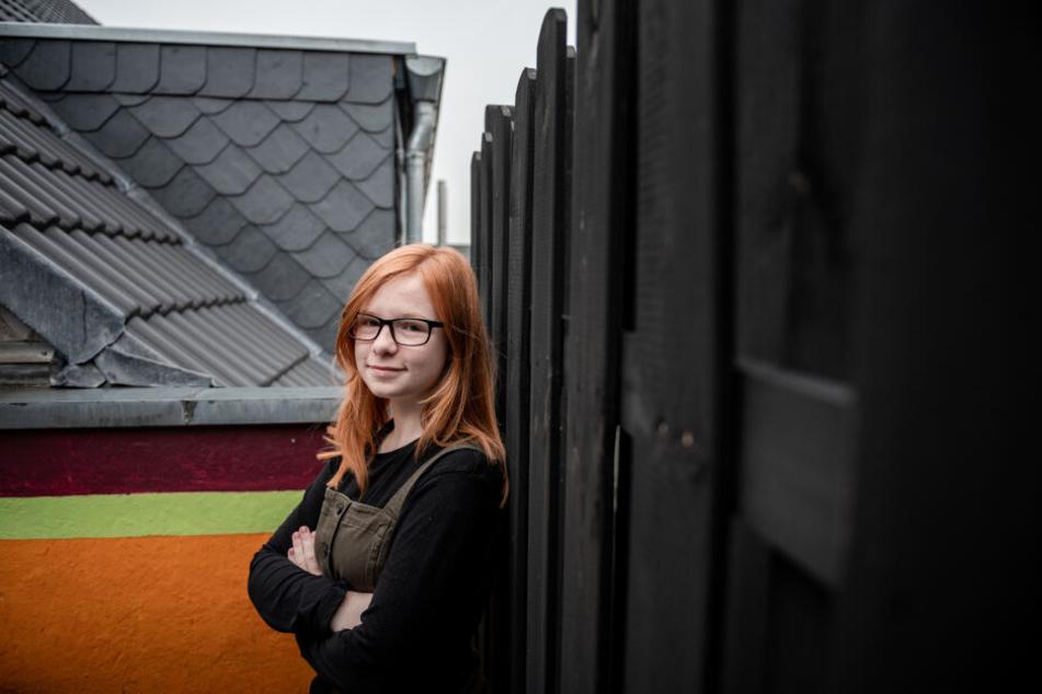 Die 14-jährige Zoe Karg steht auf einem Balkon mit Blick auf das Dachgeschoss der Nachbarn.