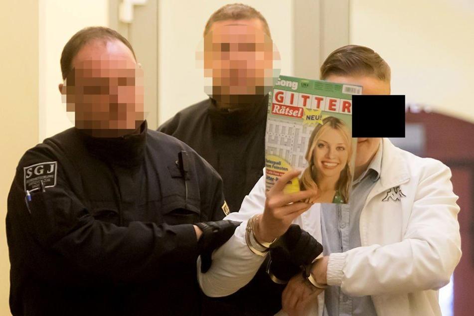 Martin F. (22) verdeckt sein Gesicht mit einer Zeitschrift. Laut eines Mitangeklagten gilt er als Kopf des Trios, das aus der JVA Zwickau ausbrechen wollte. (Archivbild)