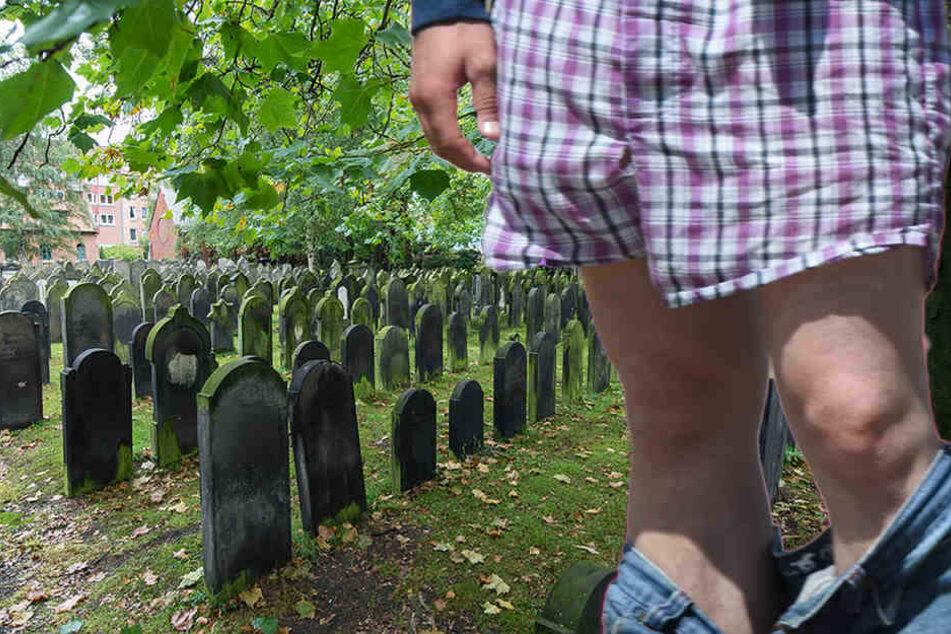 Unglaublich! Entblößer auf Friedhof unterwegs