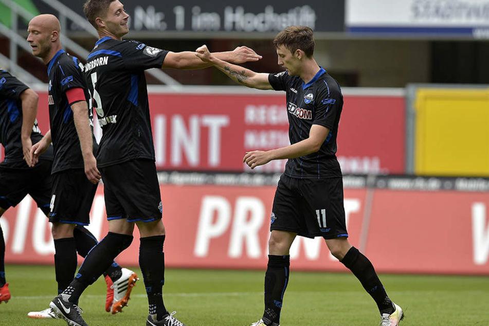 Christian Bickel (Nr. 11) bejubelt hier einen Treffer. Er bittet um volle Unterstützung der Fans gegen Rostock.
