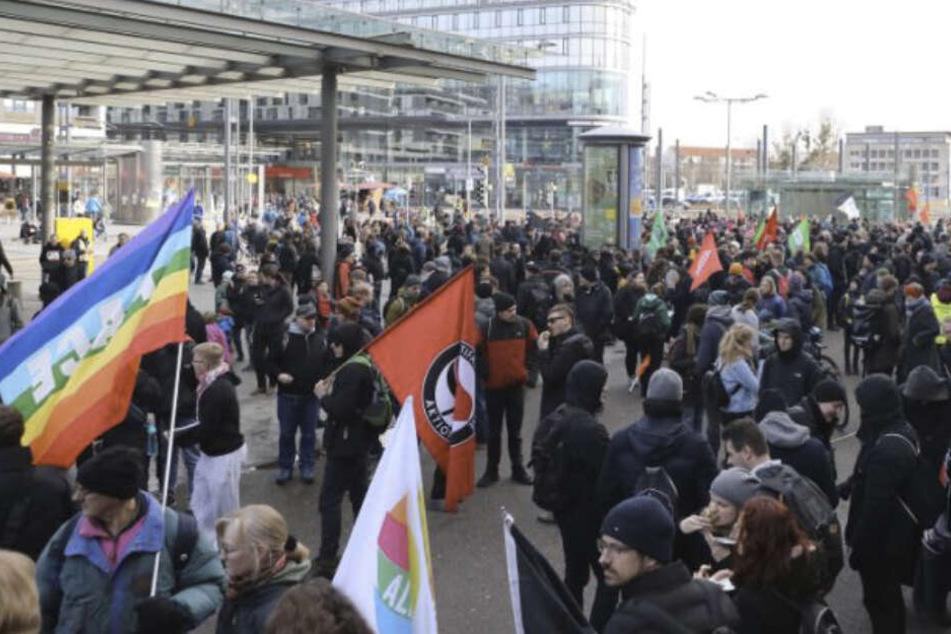 Demonstranten vor dem Dresdner Hauptbahnhof.