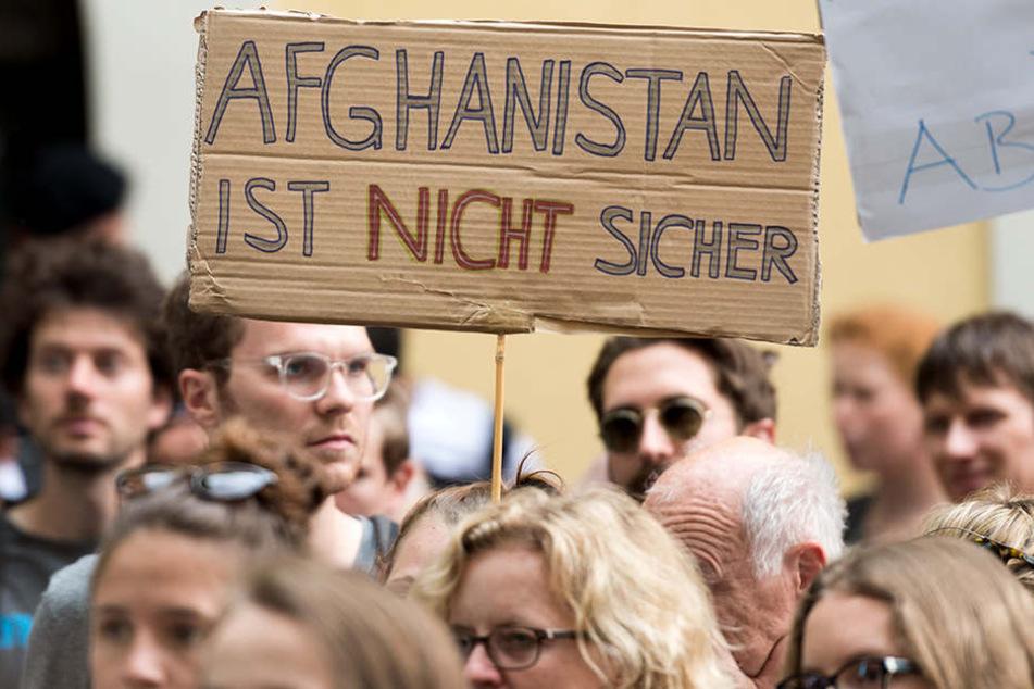 """""""Afghanistan ist nicht sicher"""" steht auf einem Plakat von Demonstranten in München."""