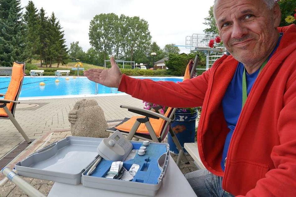 Badfest im Freibad Wittgensdorf fällt witterungsbesdingt ins Wasser. Schwimmmeister Jens Preussner.