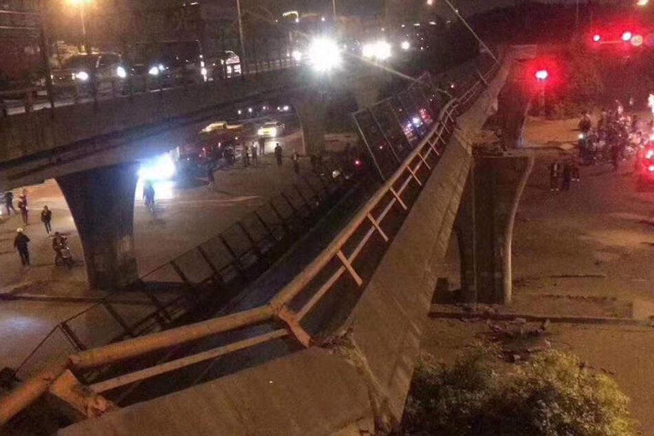 Beim Einsturz einer Brücke in der chinesischen Stadt Wuxi sind mindestens drei Menschen getötet worden.