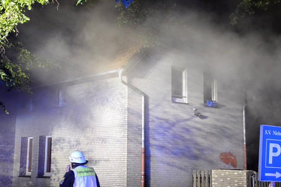 Bei dem Feuer entwickelte sich viel Rauch.