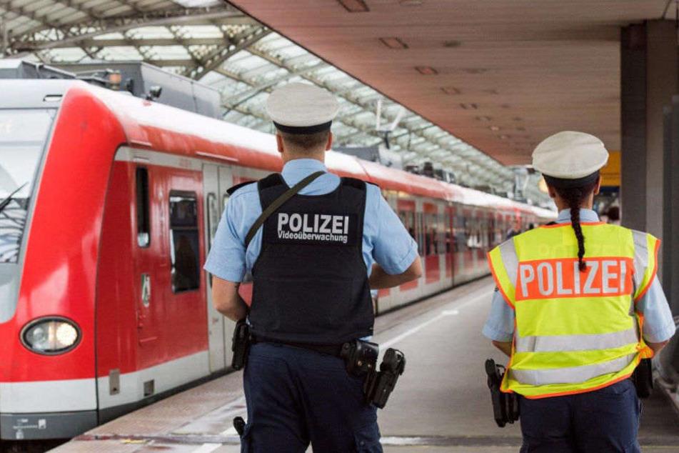 Verstoß gegen Waffengesetz Mann droht im Zug mit Schusswaffe