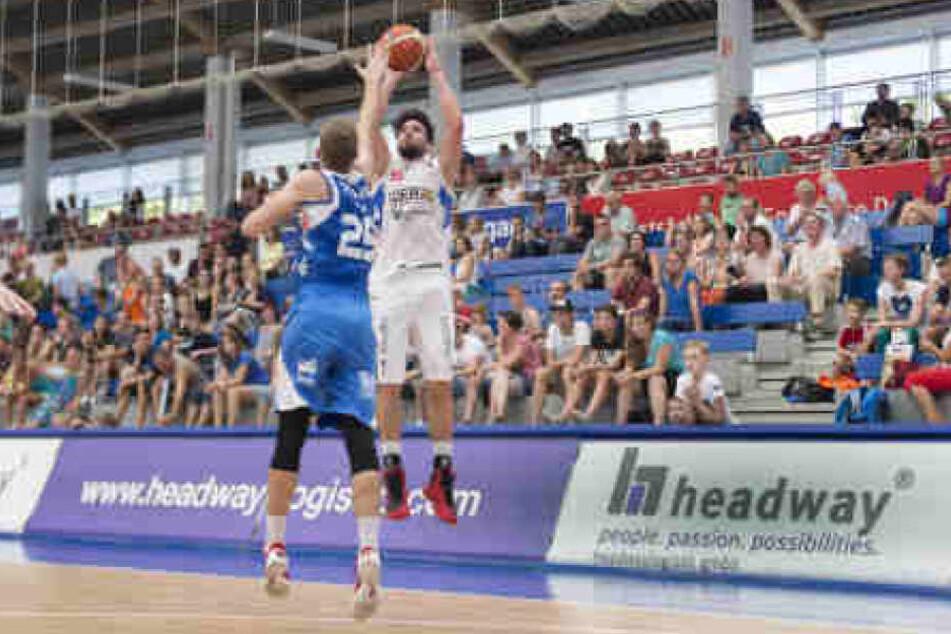 Die Basketballer der Dresden Titans reisen nach Gotha und empfangen daheim Paderborn. Mit dabei ist dann wieder Yusuf El Domiaty (am Ball).
