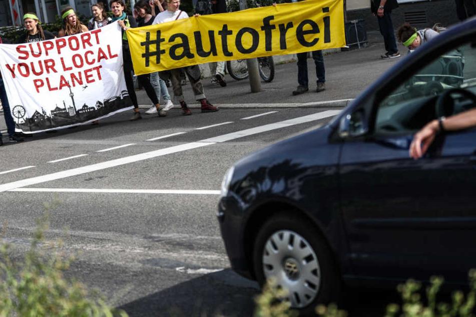 """Autogegner vom Bündnis """"Kesselbambule"""" errichteten im September am """"autofreien Sonntag"""" spontan eine Straßenblockade auf der B14 in der Stuttgarter Innenstadt."""