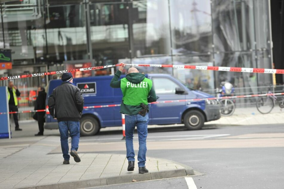 Ermittler am Tatort am Flughafen Köln Bonn.