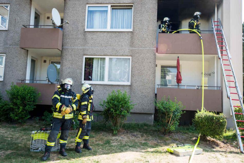Über eine Leiter kamen die Einsatzkräfte auf den Balkon.