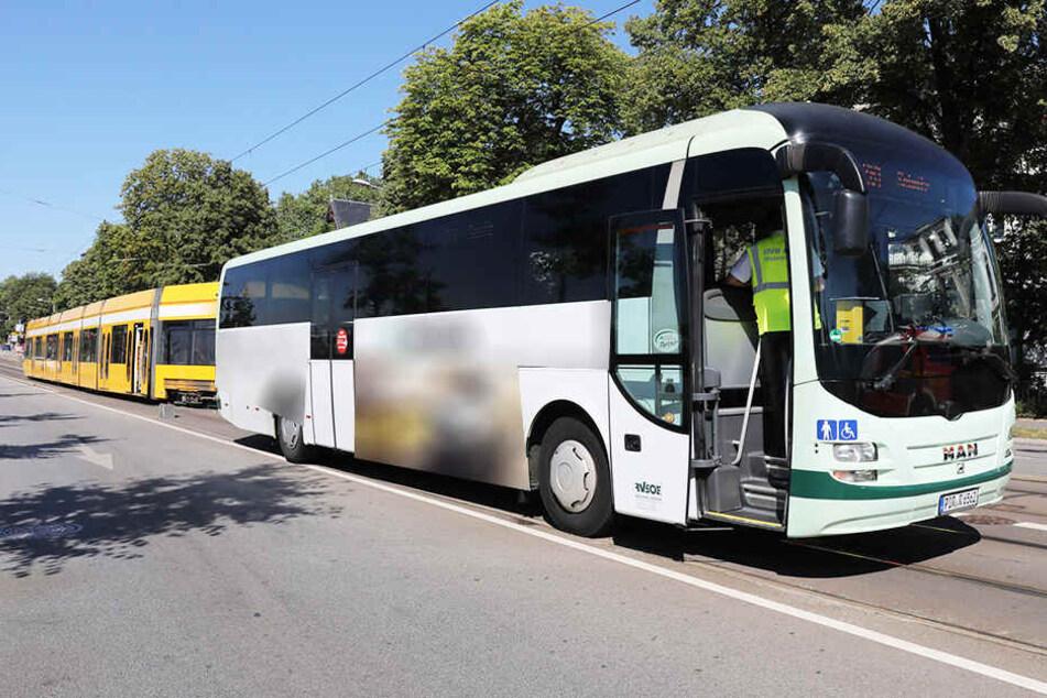 Der Bus rammte aus noch ungeklärter Ursache die Straßenbahn.
