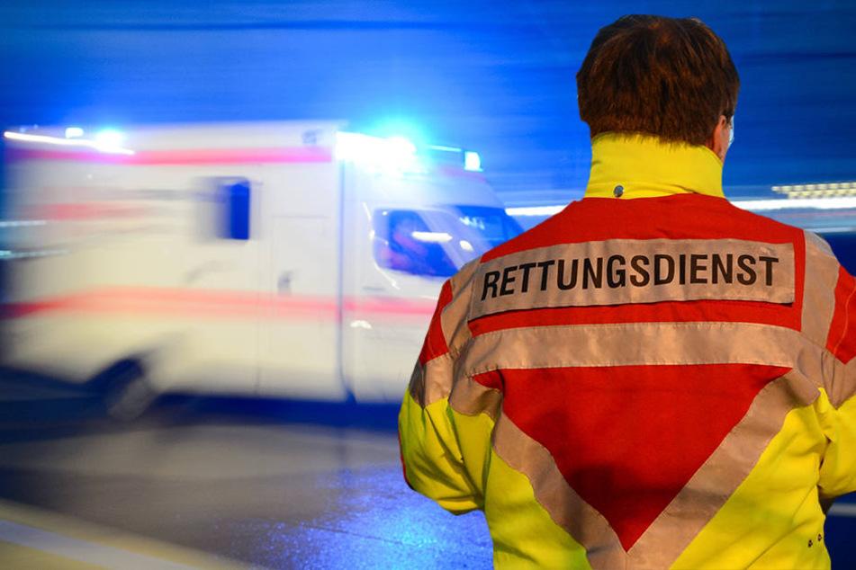 Bei einem Rettungseinsatz wurde ein Sanitäter der Feuerwehr angegriffen. (Symbolbild)