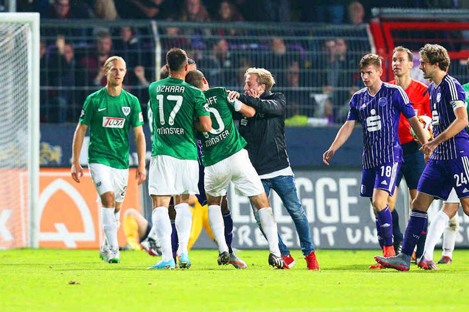 Am 10. Spieltag der Saison 2015/16 attackierte Christian Merkens (Mitte) vom VfL Osnabrück den Münsteraner Amaury Bischoff (links).
