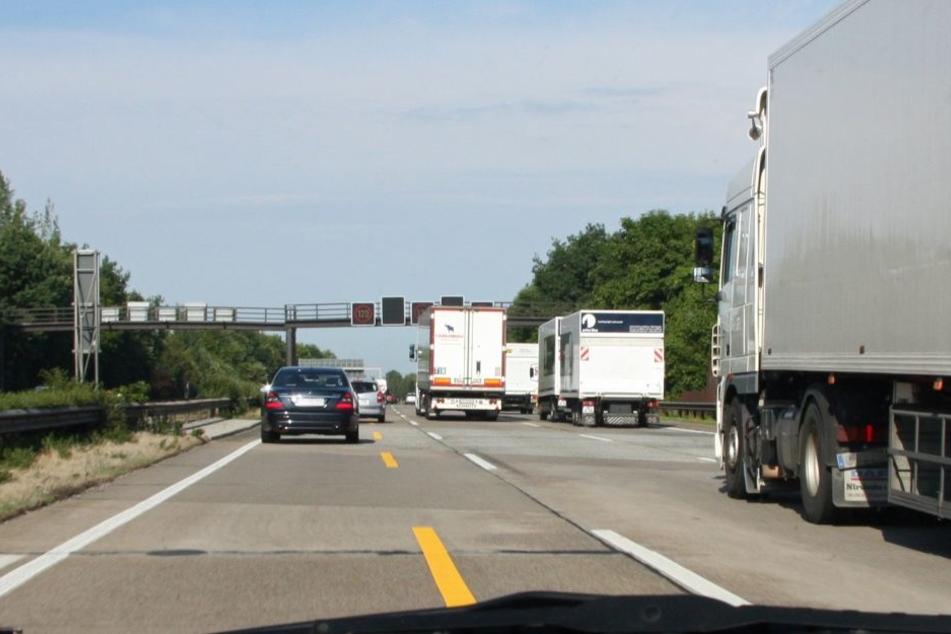 Der Laster fuhr langsam und krachte immer wieder gegen die Leitplanke.