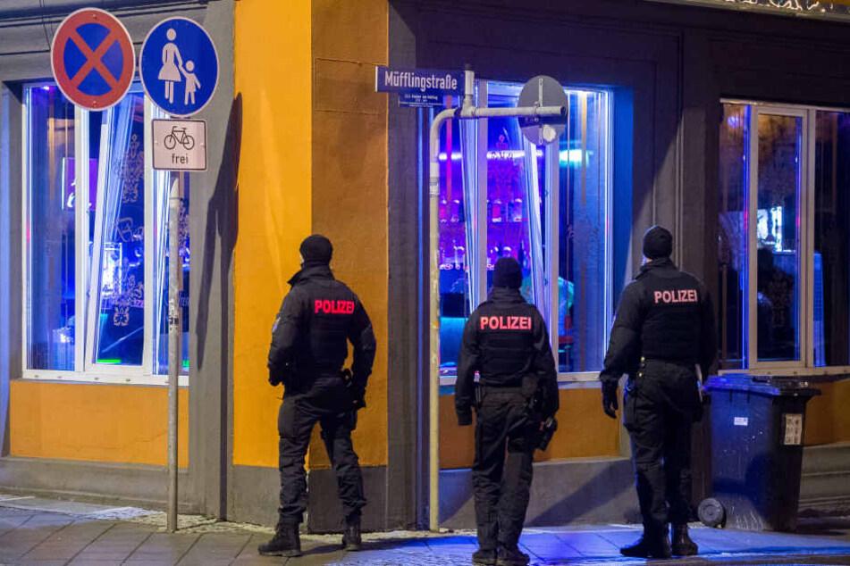 Mit 45 Beamten durchsuchte die Polizei die Bar.