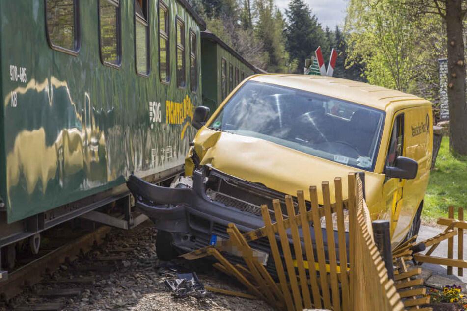Das Postauto wurde nach der Kollision mit dem Zug gegen einen Zaun geschleudert.