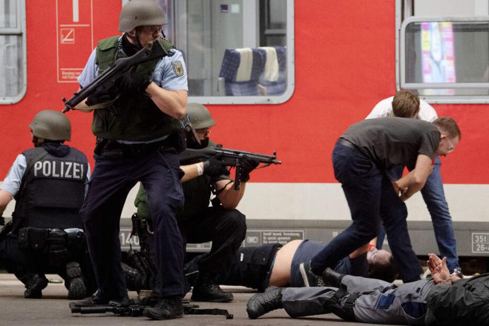 Polizeibeamte stehen während einer Pressevorführung im Rahmen einer Großübung der Bundespolizei und der Landespolizei Baden-Württemberg auf einem Gleis des Stuttgarter Hauptbahnhofs. (Archivbild)