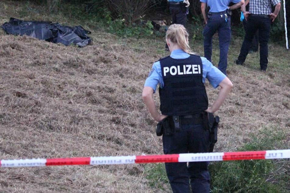 Polizisten sichern den Fundort weiträumig ab.